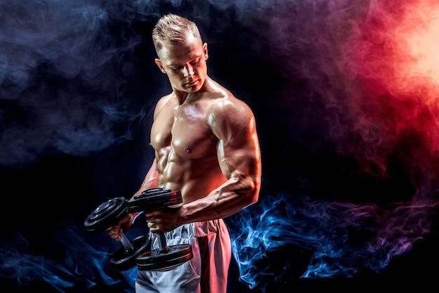 Homme aux seins nus exerçant des biceps avec des haltères