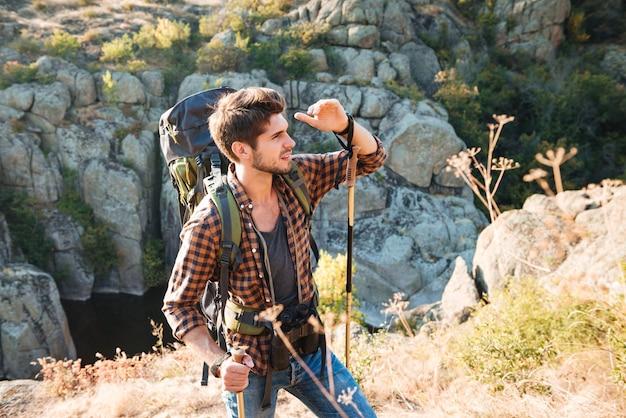 Homme d'aventure près du canyon à la recherche de suite