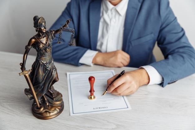 Homme avocat travaillant au bureau