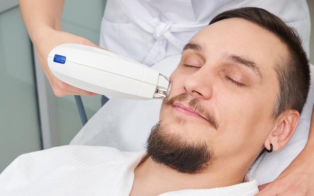 Homme, avoir, laser, traitement, beauté, clinique