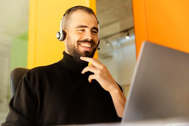 Homme ayant un appel vidéo pour le travail