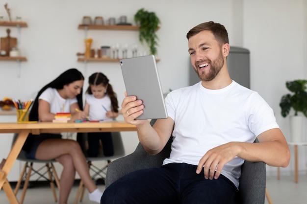 Homme ayant un appel vidéo avec sa famille