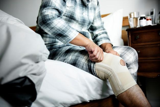 Un homme ayant une blessure au genou