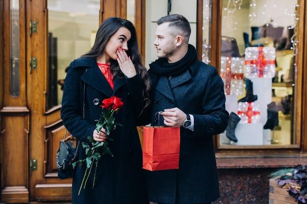 Homme ayant un cadeau pour une belle petite amie