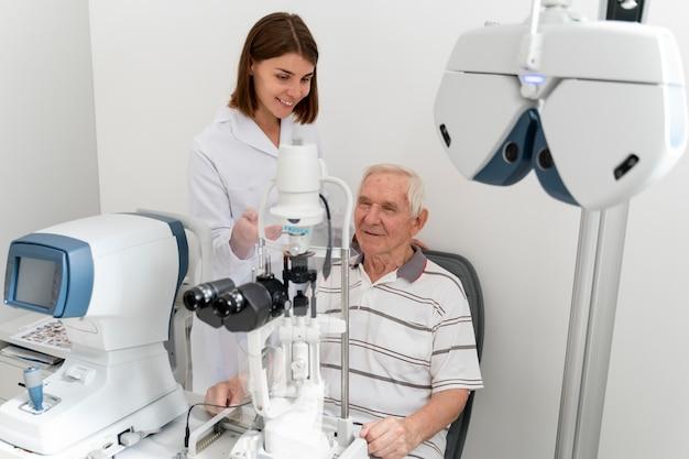 Homme ayant un contrôle ophtalmologique