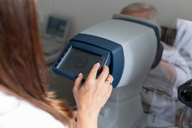 Homme ayant un contrôle de la vue dans une clinique d'ophtalmologie