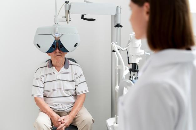 Homme ayant un contrôle de la vue