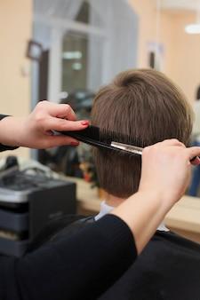 Homme ayant une coupe de cheveux du coiffeur. gros plan, image, rasage, mans, tête