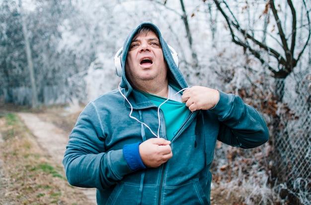Homme ayant une crise cardiaque ou une insuffisance cardiaque après avoir couru.
