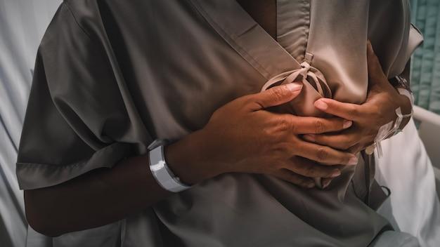 Homme ayant une crise cardiaque. soins de santé et concept médical.