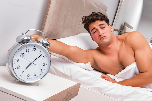Homme ayant du mal à se réveiller le matin