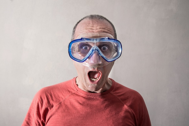 Homme ayant un masque de plongée