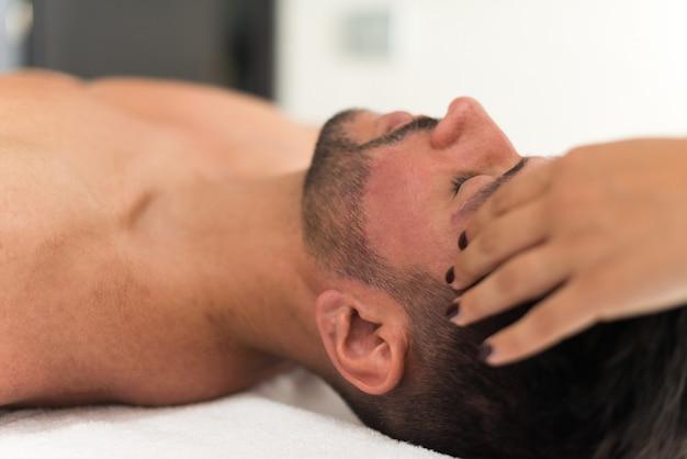 Homme ayant un massage du visage