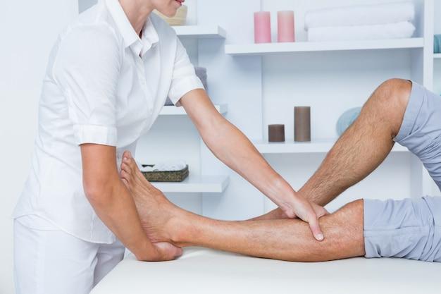 Homme ayant un massage des jambes