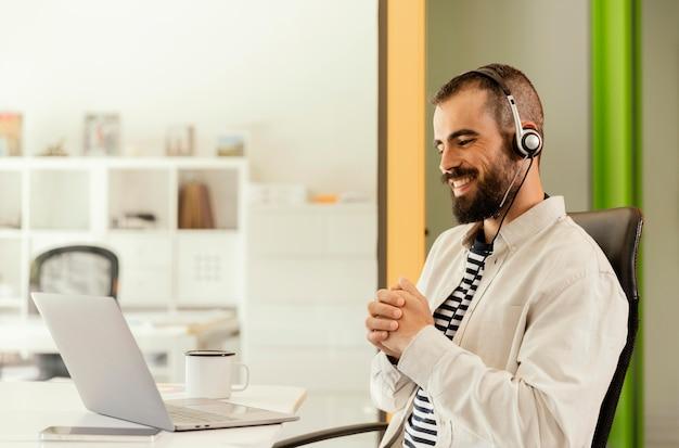 Homme ayant une réunion en ligne pour le travail