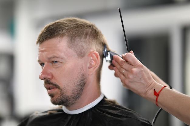 Homme ayant ses cheveux coupés au portrait de salon de coiffure