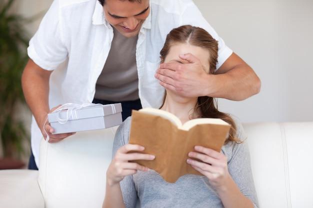 Homme ayant une surprise pour sa petite amie