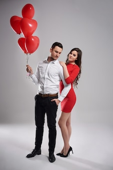 Homme avec des ballons à côté de sa dame