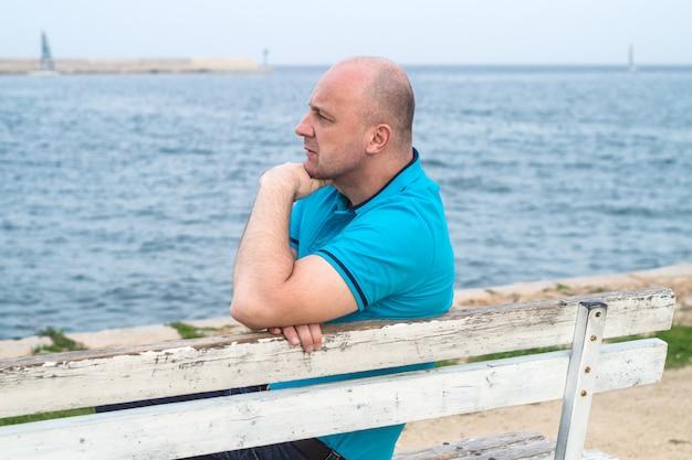 Homme sur banc