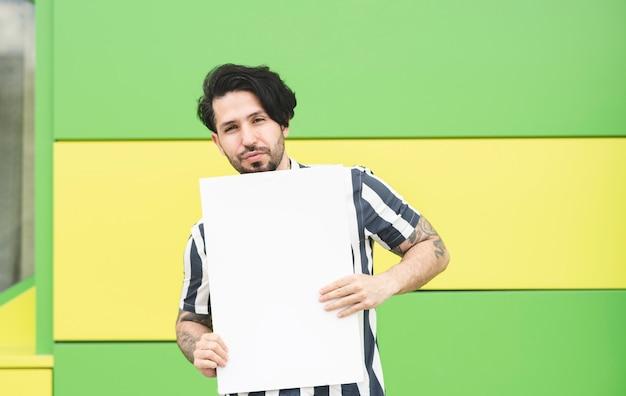Homme avec une bannière blanche devant
