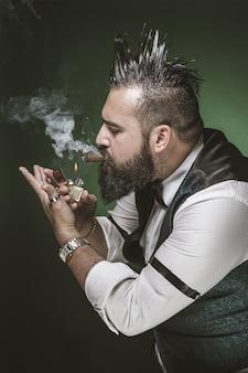 Homme à la barbe allumant un cigare.