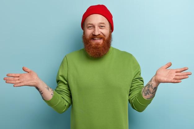 Homme avec barbe au gingembre portant des vêtements colorés