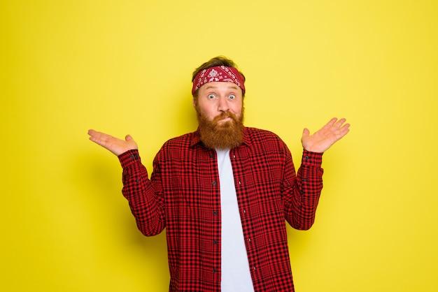 L'homme avec la barbe et le bandana dans les cris de tête indique quelque chose