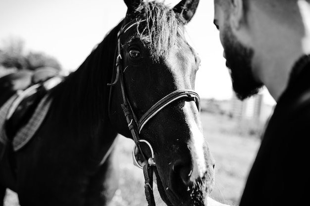 Homme barbe à cheval