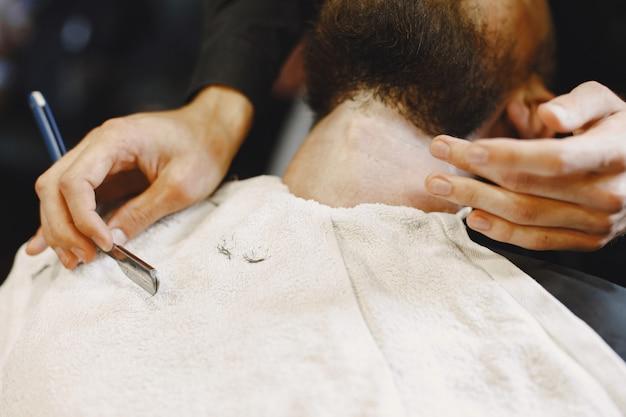 Homme avec une barbe. coiffeur avec un client. homme avec un rasage.