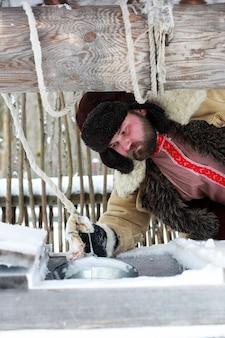 Homme de barbe en costume d'hiver traditionnel de l'âge médiéval paysan en russie