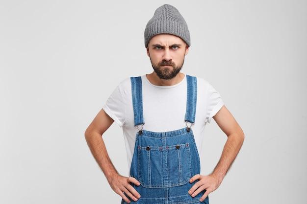 Homme à la barbe furieux.