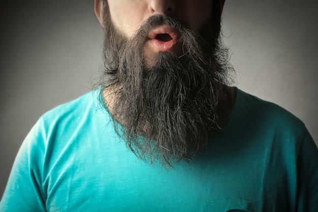 Homme à barbe longue