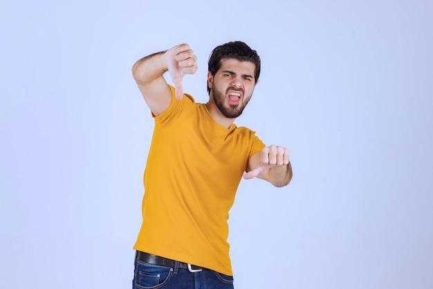 Homme à la barbe montrant le signe négatif de la main
