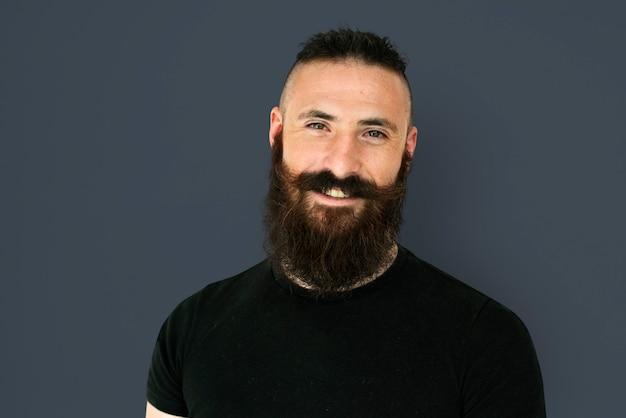 Un homme avec une barbe et une moustache dans un tournage en studio