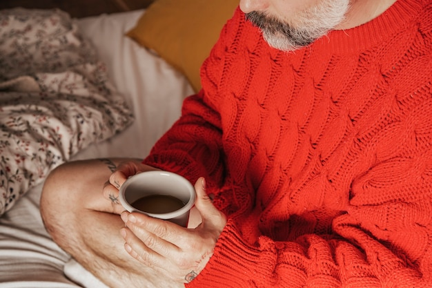 Homme à la barbe, passer du temps dans son lit, boire du café