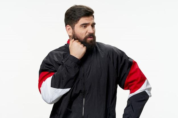 Un homme avec une barbe posant noël et nouvel an