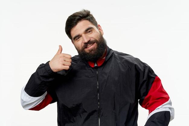 Un homme avec une barbe posant en studio noël et nouvel an