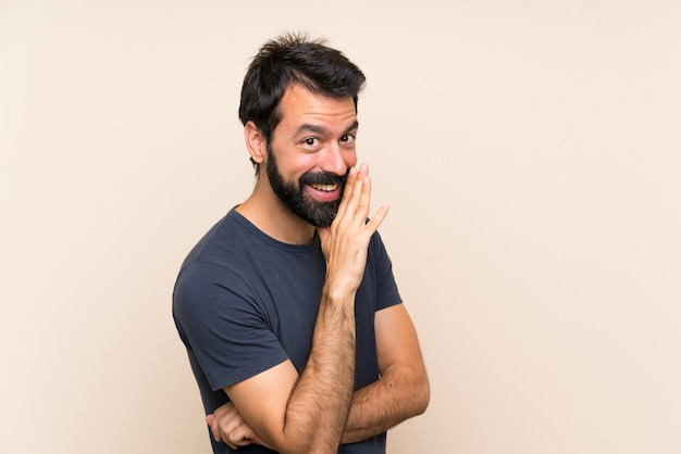 Homme à la barbe qui chuchote quelque chose