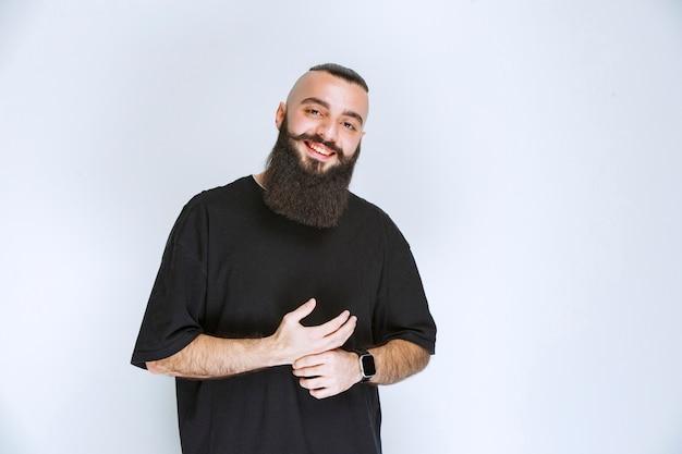 Homme à la barbe saluant ses amis.