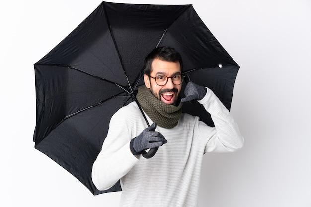 Homme, barbe, tenue, parapluie, isolé, mur