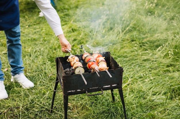 Homme avec un barbecue dans la nature