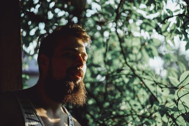Un homme barbu au coucher du soleil