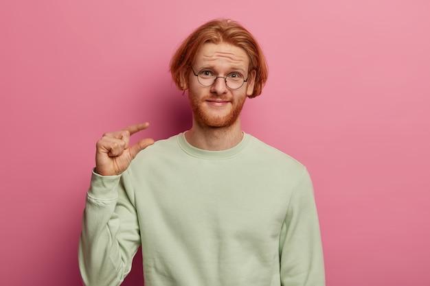 Un homme barbu au gingembre affirme son mauvais salaire
