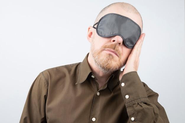 Homme barbu avec un bandeau pour dormir