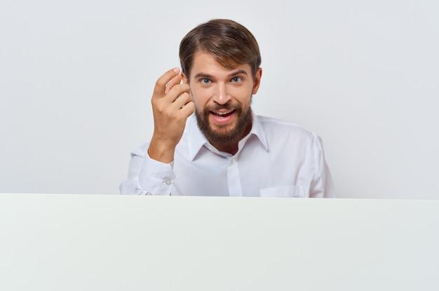 Homme barbu bannière blanche à la main feuille vierge présentation fond isolé