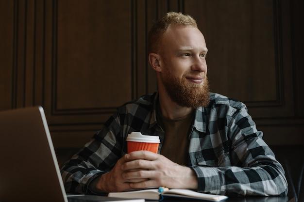 Homme barbu, boire du café au café