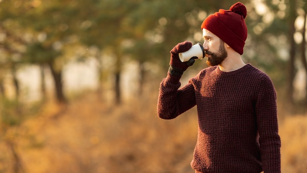Homme barbu buvant du café