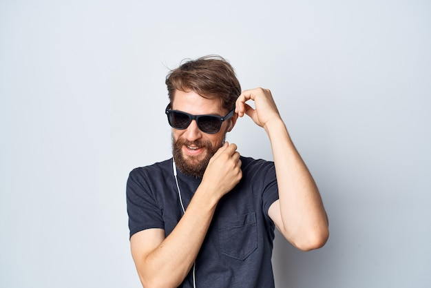 Homme barbu casque lunettes de soleil musique danse amusant fond isolé