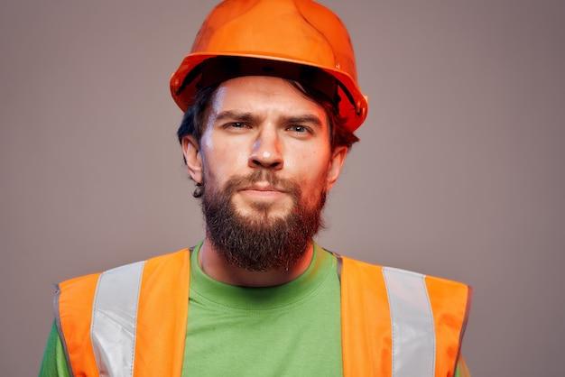 Homme barbu casque orange sur la tête fond isolé de l'industrie