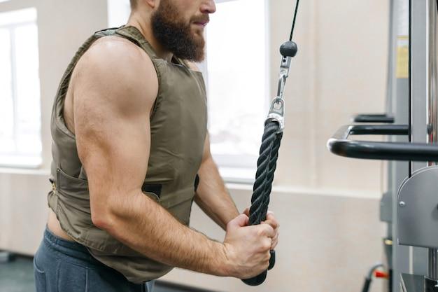 Homme barbu caucasien musculaire, faire des exercices